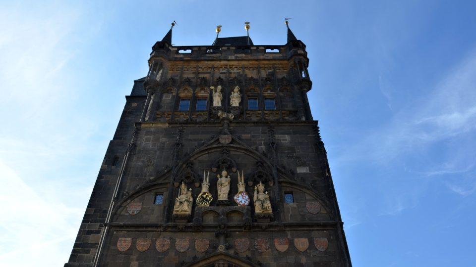 Bohatou výzdobu Staroměstské mostecké věže ze strany do města nechal vytvořit Karel IV.