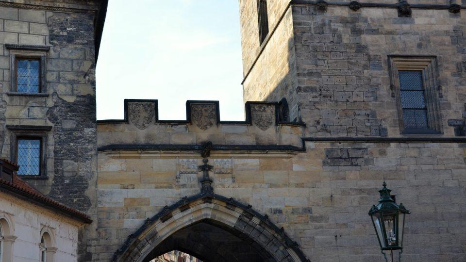 Detail erbů na mostku mezi Juditinou a Malostranskou mosteckou věží