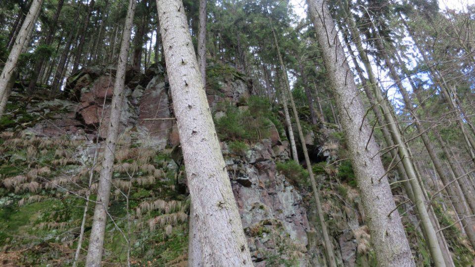 Ledříčkova skála s jeskyní v dolní částí Zemské brány
