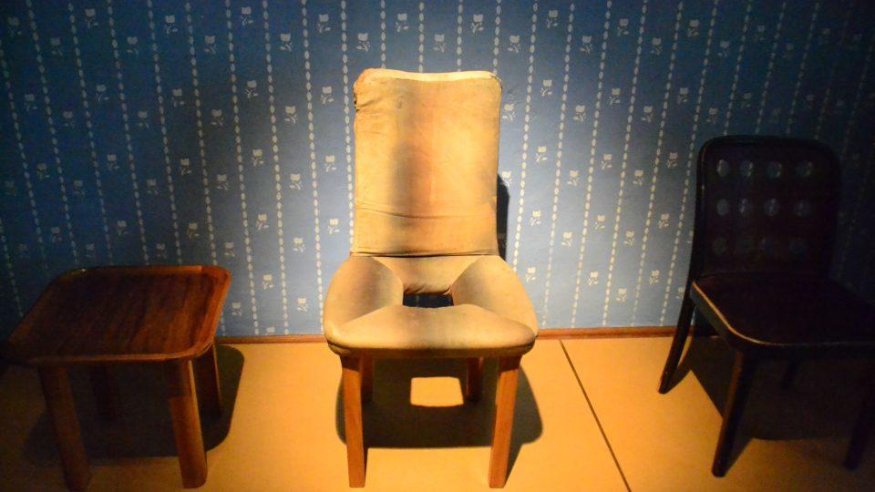 Děti se často ptají, proč je uprostřed židle otvor