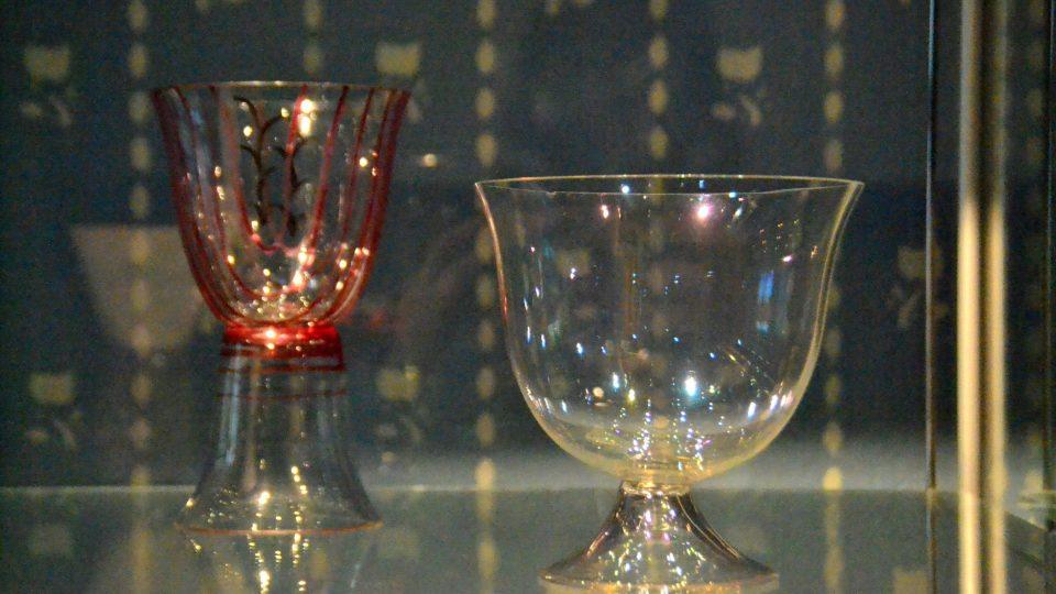 Expozice obsahuje několik původních kusů nábytku, skla i dalšího nádobí