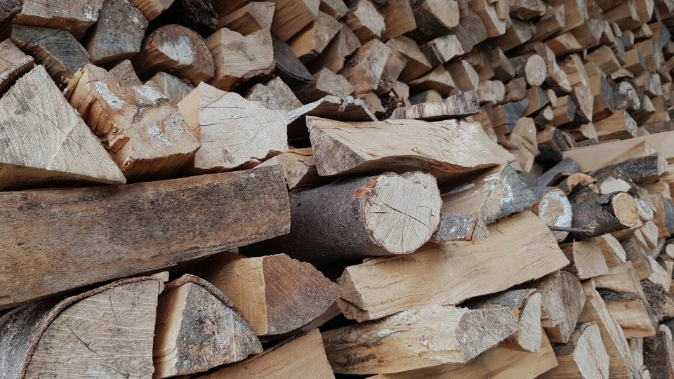 Nejlepší dřevo na topení je tvrdé a suché