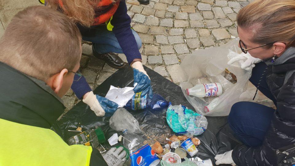Úředníci jihlavského magistrátu likvidují černé skládky odpadu