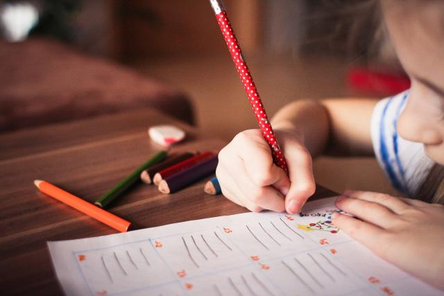 Díky koronaviru se výuka ze škol přesunula do domácího prostředí