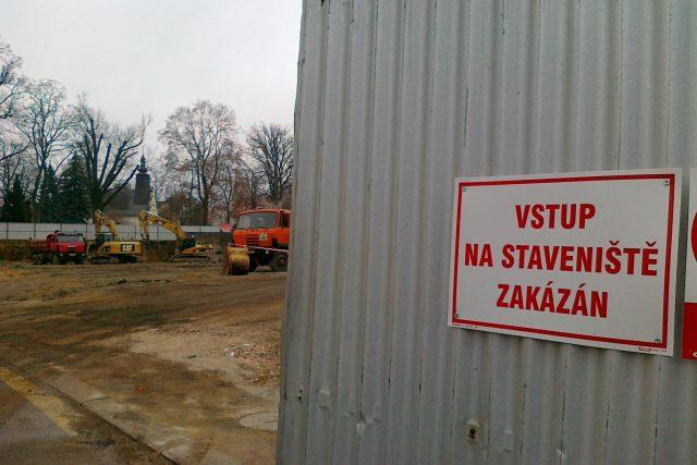 Obyvatelé ulice Tyršova si stěžují na nesnesitelný hluk, který jde ze staveniště u zimního stadionu. V místech bývalého kluziště začne už zítra oficiálně růst nová ledová plocha.