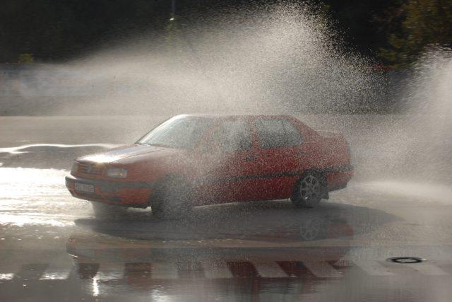 Někteří zpravodajové si při škole smyku pochvalovali kvalitní umytí svého vozidla