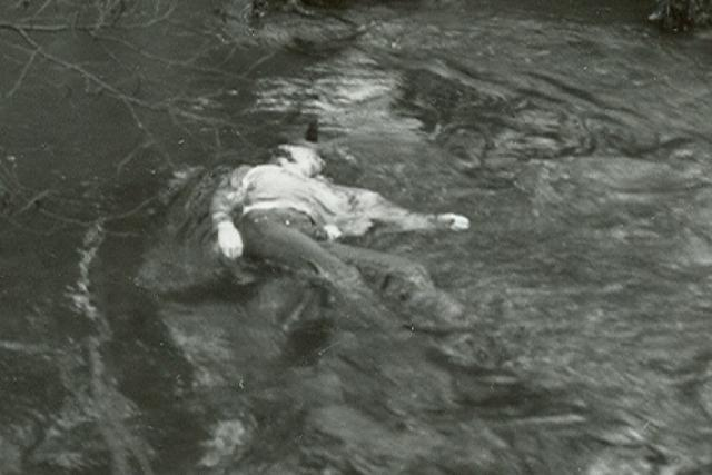 V říčce Kamenici u železničního můstku nedaleko nádraží našli 23. listopadu 1987 mrtvolu 18leté dívky