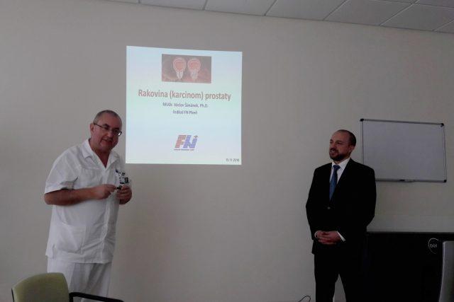 Profesor Jindřich Fínek - přednosta Onkologické a radioterapeutické kliniky FN Plzeň a ředitel Fakultní nemocnice Václav Šimánek (zleva)