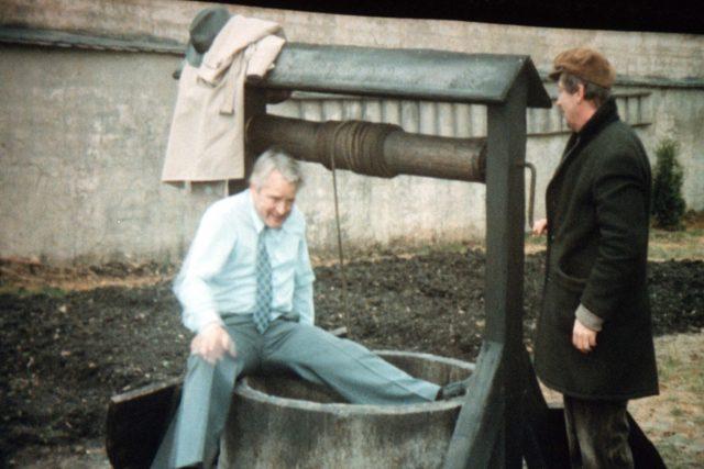 Vladimír Brabec jako major Zeman leze do ikonické studny