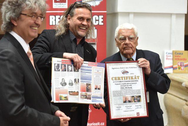 Stenograf Jiří Novák při přebírání osvědčení o rekordu