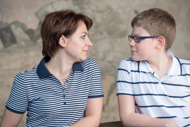 Matka a syn teenager, rodina, výchova, rodičovství, příbuzní, ilustrační foto