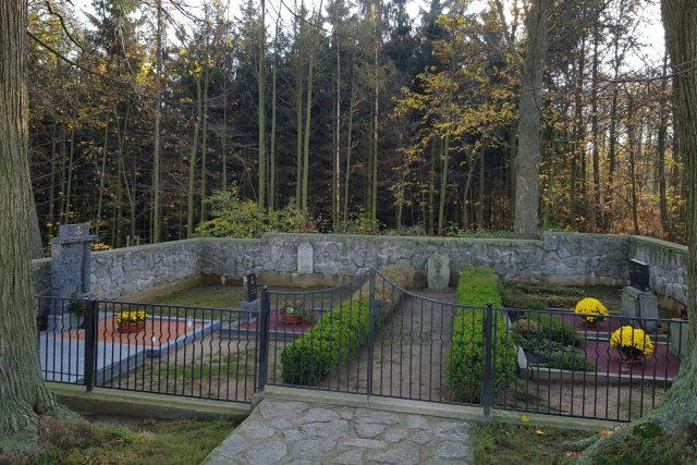 Nejmenší hřbitov v České republice, Hluboká