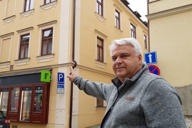 Mojmír Kolář před rodným domem Louise Fürberga v Jihlavě   foto: Irena Šarounová,  Český rozhlas