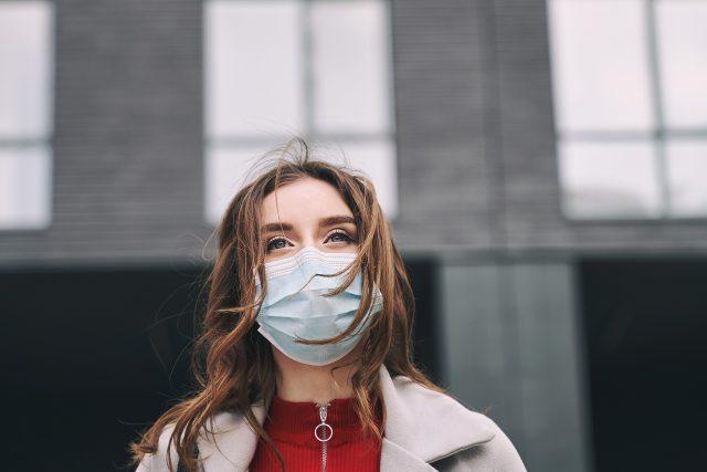 Koronavirus, rouška, žena, covid-19, pandemie, epidemie, nákaza, ochranné pomůcky, ilustrační foto