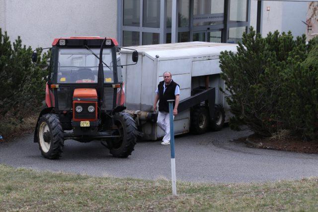 Traktor rozváží obědy, Nemocnice Pelhřimov