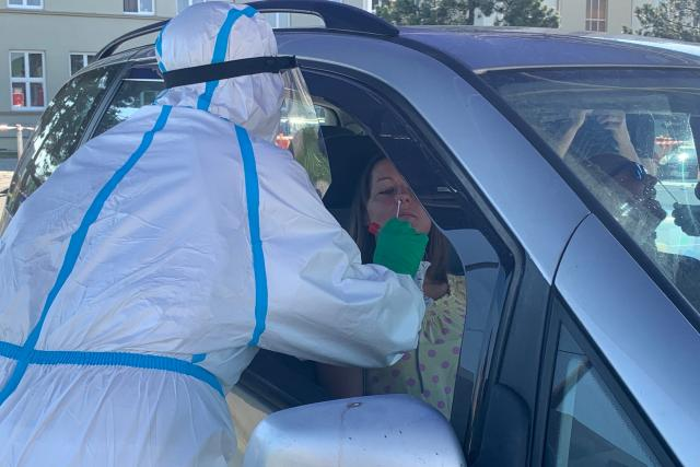 Společnost Škoda Auto v Rychnově hromadně testuje své polské pracovníky na koronavirus