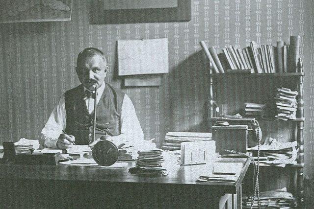 Vrchní policejní rada Josef Vaňásek ve své kanceláři