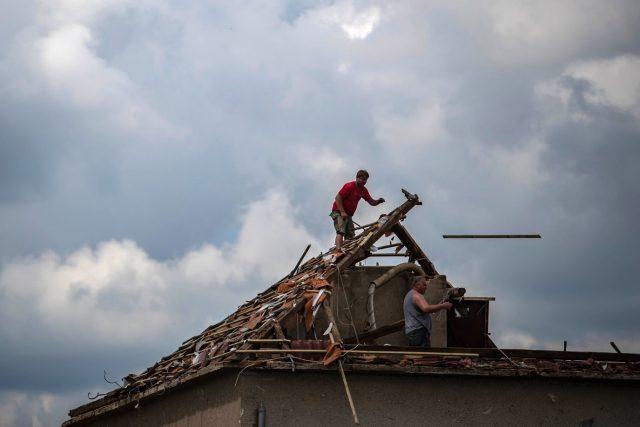 Jižní Morava po zásahu tornádem | foto: Profimedia
