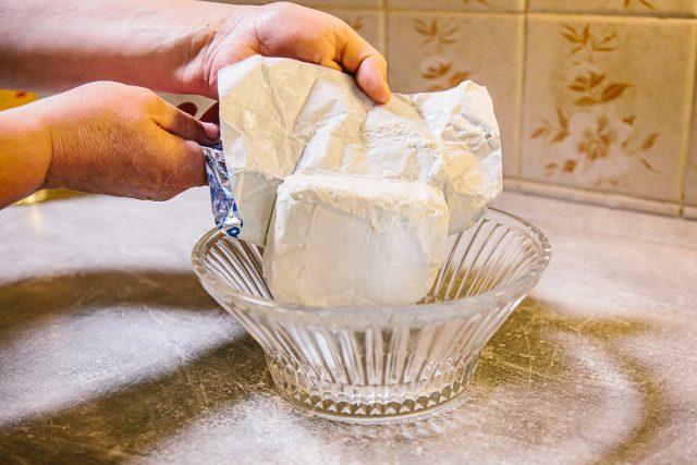 Na nádivku si do misky připravíme 500 g tvarohu