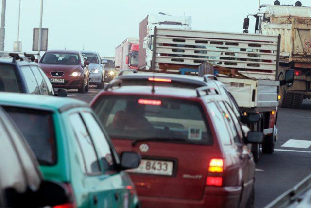 Kolona aut na ucpané křižovatce (ilustrační)