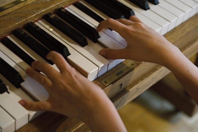 Výuka hry na klavír, dětské ruce