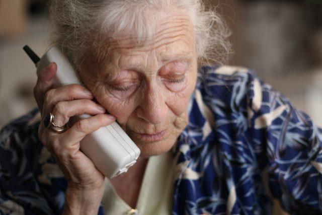 Seniorka s telefonem  (ilustrační foto) | foto: Fotobanka Profimedia