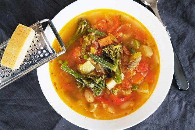 Italská zeleninová polévka minestrone. Pro dochucení použijte parmazán
